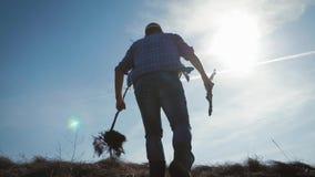 Un jardinier d'homme avec une pelle de la terre et les racines de l'arbre fruitier, plantant le temps sur le complot de jardin Re banque de vidéos