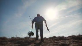 Un jardinier d'homme avec une pelle de la terre et les racines de l'arbre fruitier, plantant le temps sur le complot de jardin Re clips vidéos
