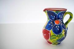 Un jarro de cerámica colorido Fotografía de archivo