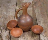 Un jarro del vino y un sistema georgianos tradicionales de tazas de la arcilla Fotos de archivo libres de regalías