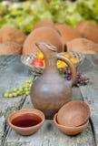 Un jarro del vino y un sistema tradicionales de tazas de la arcilla Imagenes de archivo
