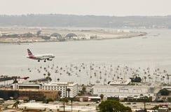 Un jet americano en acercamiento sobre San Diego céntrico fotos de archivo