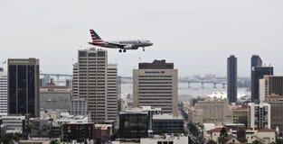 Un jet americano en acercamiento sobre San Diego céntrico fotos de archivo libres de regalías