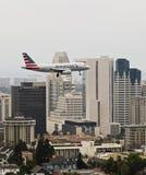 Un jet americano en acercamiento sobre San Diego céntrico fotografía de archivo libre de regalías