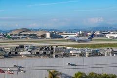 Un jet d'United Airlines décolle à l'aéroport international de Los Angeles Image stock