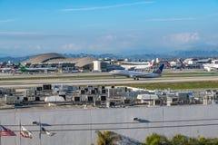 Un jet d'United Airlines décolle à l'aéroport international de Los Angeles Photos stock