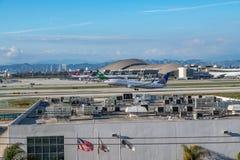 Un jet d'United Airlines décolle à l'aéroport international de Los Angeles Photos libres de droits