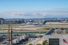 Un jet d'United Airlines décolle à l'aéroport international de Los Angeles Images libres de droits