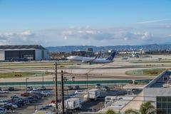 Un jet d'United Airlines décolle à l'aéroport international de Los Angeles Photographie stock