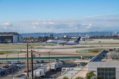 Un jet d'United Airlines décolle à l'aéroport international de Los Angeles Photo stock