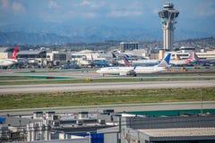 Un jet d'United Airlines décolle à l'aéroport international de Los Angeles Image libre de droits