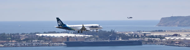 Un jet de Alaska en acercamiento en San Diego imagen de archivo