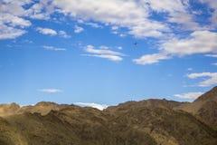 Un jet del cargo en el cielo sobre las montañas imágenes de archivo libres de regalías
