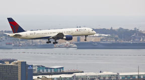 Un jet del delta en acercamiento en San Diego imagen de archivo