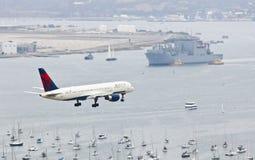 Un jet del delta en acercamiento sobre San Diego Bay foto de archivo
