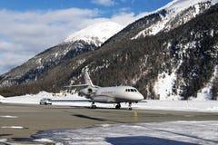 Un jet privé est prêt à décoller dans l'aéroport de St Moritz dans les alpes Suisse en hiver Photos libres de droits