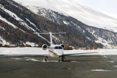Un jet privé est prêt à décoller dans l'aéroport de St Moritz dans les alpes Suisse en hiver Image libre de droits