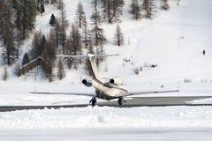 Un jet privé est prêt à décoller dans l'aéroport de St Moritz dans les alpes Suisse en hiver Images stock
