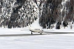 Un jet privé est prêt à décoller dans l'aéroport de St Moritz dans les alpes Suisse en hiver Photos stock