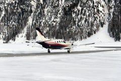 Un jet privé est prêt à décoller dans l'aéroport de St Moritz Switzerland en hiver Photo libre de droits