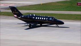 Un jet privado está llevando en taxi en el aeropuerto de Zurich metrajes