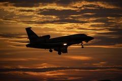 Un jet privado prepararse para aterrizar imágenes de archivo libres de regalías