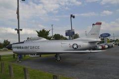 Un jet unido de la fuerza aérea de Staes se parquea en estacionamiento de la concesión de coche imagen de archivo