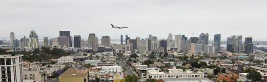 Un jet unido en acercamiento sobre San Diego céntrico fotos de archivo