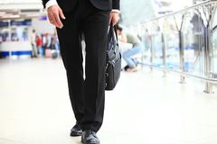 Un jeune étudiant bel d'homme d'affaires dans un costume, vient avec une serviette, à la station, aéroport Concept - un nouveau Photo stock