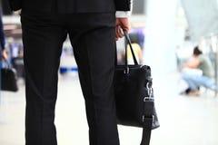 Un jeune étudiant bel d'homme d'affaires dans un costume, vient avec une serviette, à la station, aéroport Concept - un nouveau Images stock