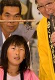 Un jeune arbitre observant le combat de deux araignées Image libre de droits