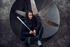 Un jeune avec une batte en métal dans la perspective du propulseur photos libres de droits