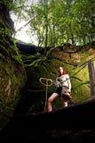 Un jeune aventurier dans la jungle Image stock