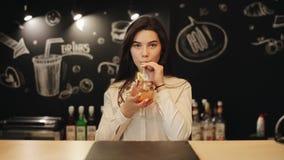 Un jeune barman féminin essayant le mojito rouge vierge à un compteur de barre banque de vidéos
