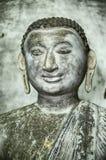 Un jeune Bouddha avec des boucles d'oreille Images stock