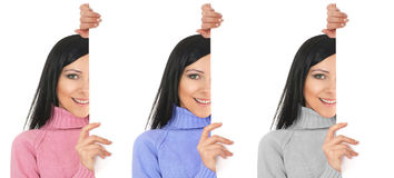 Un jeune brunette se cache derrière un mur blanc Photos stock