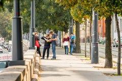 Un jeune couple à une rue de ville regardant une ville trace à Budapest Hongrie Photographie stock