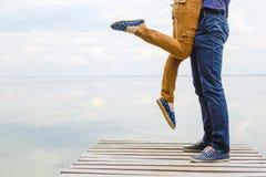 Un jeune couple affectueux de hippie a l'amusement photos stock