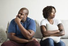 Un jeune couple africain ayant un argument photos libres de droits