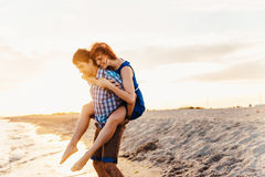 Un jeune couple apprécie une fin de l'après-midi de mi été, sur un San humide images stock