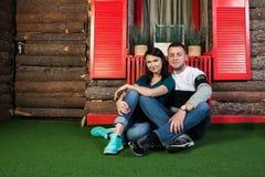 Un jeune couple attrayant dans l'amour Reposez-vous près de la porte en bois Photos stock