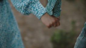 Un jeune couple attrayant marchant par la forêt avec leur chien heureux Fille et type tenant la main Un couple affectueux est banque de vidéos