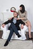 Un jeune couple attrayant Peut-être style d'affaires ou un couple dans l'amour Image libre de droits