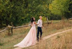 Un jeune couple au début du chemin de la vie de la vie ensemble, se tient symboliquement contre le contexte d'a image libre de droits