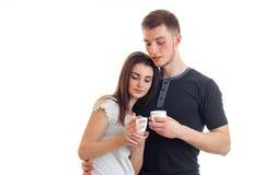 Un jeune couple avec du charme tenant une tasse chaude de thé Images libres de droits