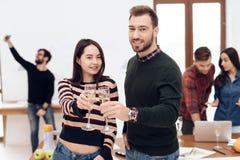 Un jeune couple célèbre à une célébration d'entreprise photo libre de droits