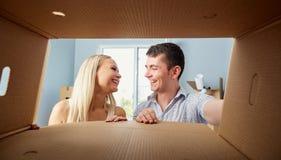 Un jeune couple déballe des boîtes photo libre de droits