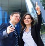 Un jeune couple d'affaires dans des vêtements formels Photos stock