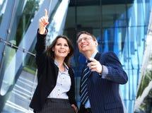 Un jeune couple d'affaires dans des vêtements formels Images libres de droits