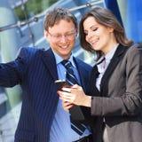 Un jeune couple d'affaires fonctionnant dans des vêtements formels Image stock